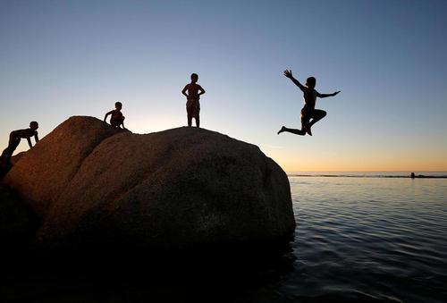 شنای کودکان در سواحل کیپ تاون آفریقای جنوبی