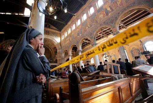 گریه یک راهبه مسیحی در محل انفجار تروریستی در کلیسای قبطی های قاهره