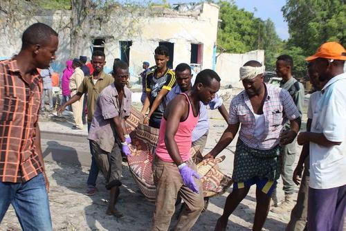 حمل جسد قربانیان انفجار یک خودروی بمبگذاری شده در شهر موگادیشو سومالی
