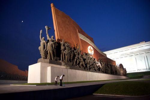 تمیز کردن یک بنای یادبود ضد ژاپنی و مربوط به حمله امپراتوری ژاپن به کره در جریان جنگ دوم جهانی در شهر پیونگ یانگ کره شمالی