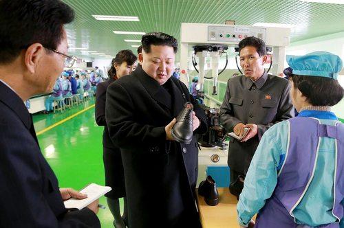 بازدید رهبر کره شمالی از کارخانه تولید کفش
