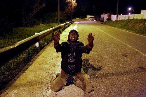 پناهجوی آفریقایی تبار پس از ورود به خاک اسپانیا از طریق منطقه مرزی با مراکش