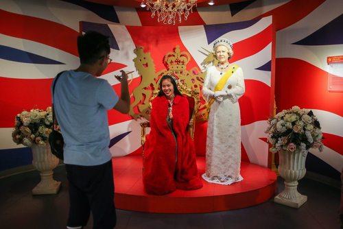 گرفتن عکس یادگاری با مجسمه مومی ملکه بریتانیا در موزه مادام توسو در بانکوک تایلند