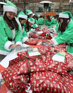 کادوپیچ کردن هدایای کریسمسی کودکان بی بضاعت در یک خیریه در شهر سئول
