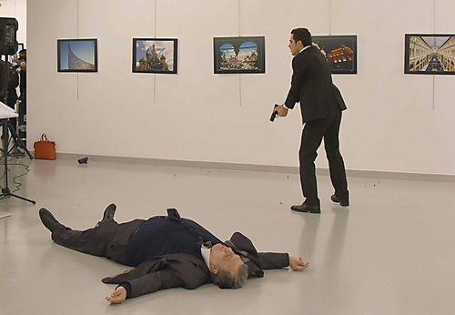 قاتل و سفیر روسیه در آنکارا ( خبرگزاری فرانسه)