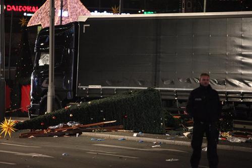 حمله تروریستی یک کامیون سوار به مردم حاضر در بازار کریسمس در شهر برلین . در این حمله دستکم 12 نفر کشته و 50 نفر زخمی شدند