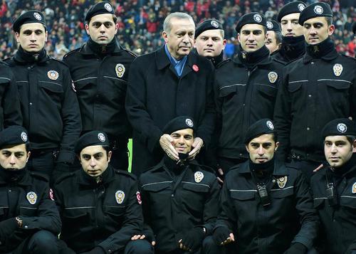 عکس یادگاری اردوغان با ماموران امنیتی پلیس پیش از برگزاری یک بازی فوتبال در استادیوم تیم فوتبال