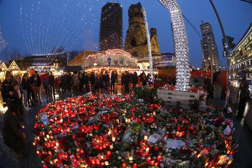 گرامی داشت قربانیان حمله تروریستی اخیر به بازار کریسمس - برلین