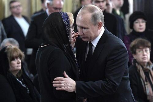 بیوه سفیر مقتول و پوتین در مراسم تشییع