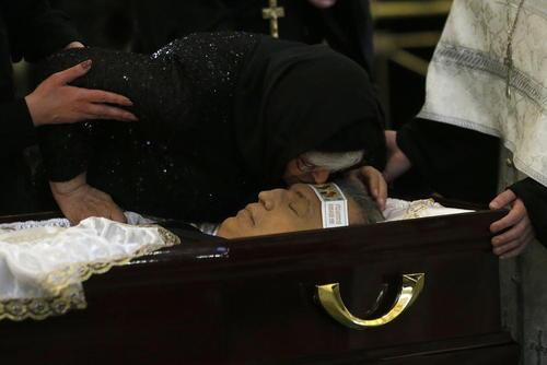 بوسه مادر سفیر ترور شده بر پیشانی جسد پسرش