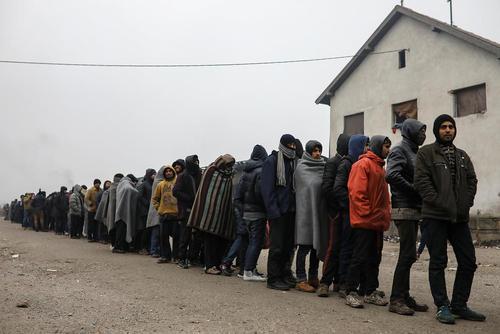 صف پناهجویان برای دریافت غذا در اردوگاهی در شهر بلگراد صربستان