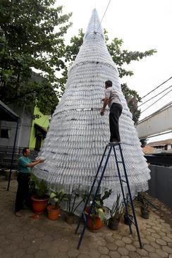 درست کردن درخت کریسمس از بطری های خالی آب در شهر جاکارتا اندونزی