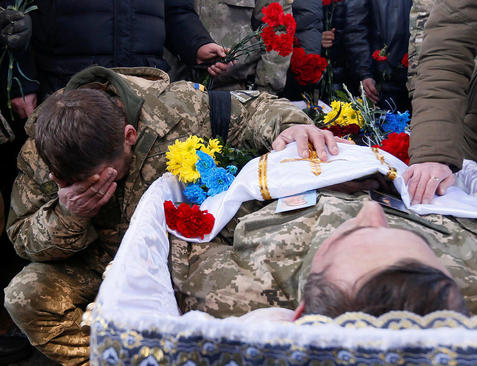 مراسم تشییع یک سرباز ارتش اوکراین که در نبرد با شورشیان حامی روسیه در شرق این کشور کشته شده است