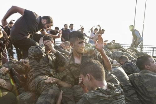 تسلیم شدن سربازان کودتاگر ارتش ترکیه روی پل بسفر در جریان کودتای نافرجام ترکیه - استانبول