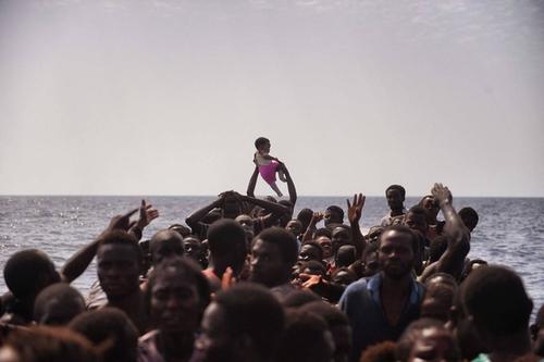 قایق حامل پناهجویان آفریقایی تبار در دریای مدیترانه