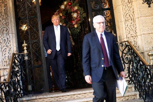 ترامپ در حال بدرقه رییس یکی از کمپانی های آمریکایی پس از دیدار با او  در ویلایش در پالم بیچ فلوریدا