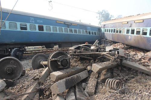 2 کشته و 40 زخمی در سانحه تصادف دو قطار در اوتارپرادش هند