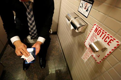 کاغذ مخصوص پاک کردن گوشی های تلفن هوشمند در توالت فرودگاه شهر ناریتا ژاپن