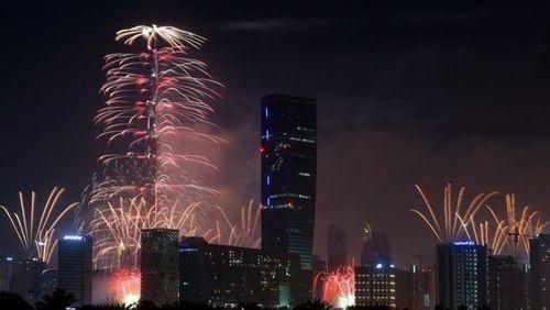 نور افشانی و. آتش بازی از برج خلیفه دوبی