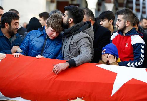 گریه خانواده یکی از قربانیان حمله تروریستی به کلوبی شبانه در استانبول بر سر تابوت او