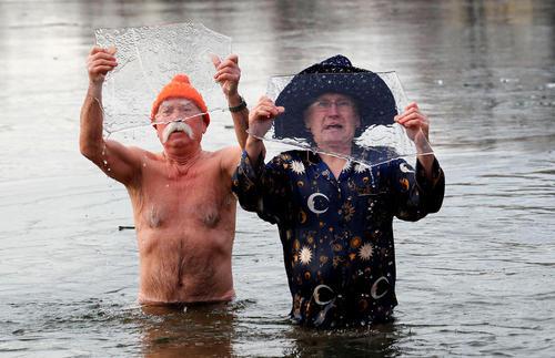 شنا در دریاچه یخ زده برلین به مناسبت سال نو