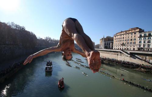 مسابقات شیرجه از روی پل به داخل رودخانه ای در شهر رم
