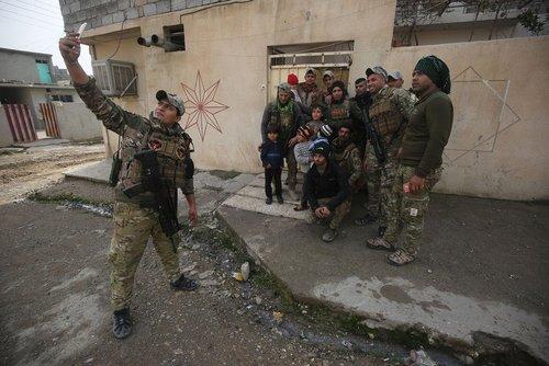 سلفی گرفتن نیروهای ارتش عراق با مردم بخش های آزاد شده شهر موصل