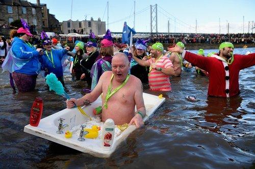 مراسم شنای هزار نفر در رودخانه ای در اسکاتلند به مناسبت سال نو