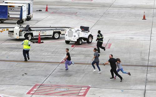 لحظات هراس و اضطراب پس از تیراندازی در فرودگاهی در ایالت فلوریدا آمریکا