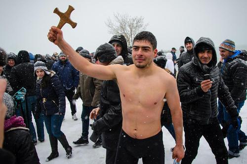 سنت آب تنی در آب یخ همزمان با میلاد مسیح در شهر وارنا بلغارستان