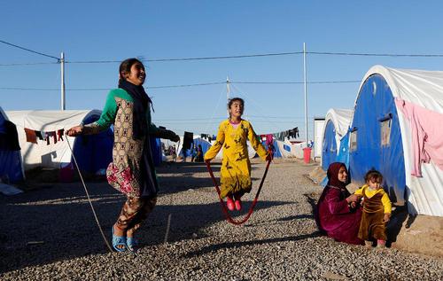 بازی کودکان در اردوگاه آوارگان جنگ موصل در عراق
