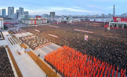 راهپیمایی صدها هزار نفری در میدان کیم ایل سونگ شهر پیونگ یانگ در حمایت از رهبر این کشور