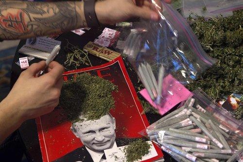 اعضای ائتلاف حامی قانونی شدن مصرف ماریجوانا در منطقه واشنگتن در حال بسته بندی سیگارهای ماریجوانا برای اهدا به مهمانان مراسم تحلیف ترامپ