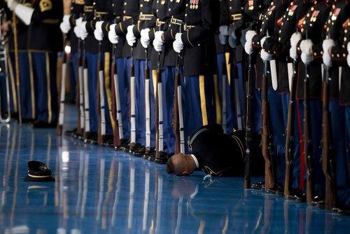 غش کردن یکی از اعضای گارد تشریفات کاخ سفید