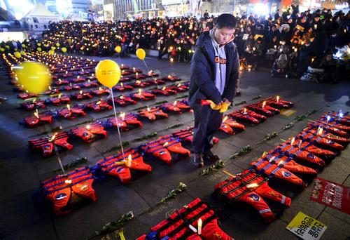 ادای احترام به دهها قربانی حادثه غرق شدن کشتی کره جنوبی در سال 2014 در جریان تجمع اعتراضی علیه رییس جمهور تعلیق شده کره جنوبی – سئول