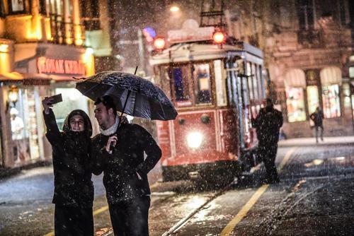 گرفتن سلفی در هوای برفی استانبول – خیابان استقلال استانبول