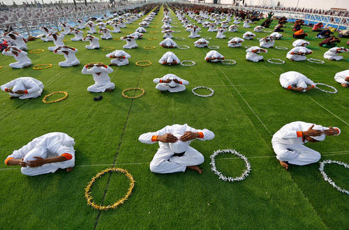 تمرینات یوگا در کمپ دانش آموزی در احمد آباد هند
