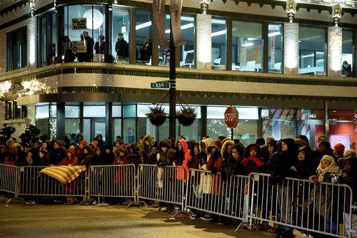 صف مردم برای ورود به سالن سخنرانی اوباما در مرکز مک کورمیک- شیکاگو