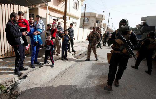 استقبال شهروندان شرق شهر موصل عراق از نیروهای ویژه ارتش این کشور در عملیات آزادسازی موصل از اشغال داعش