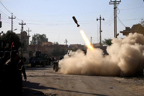 پرتاب راکت به سمت مواضع داعش در شهر موصل عراق