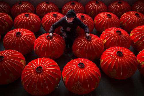 یک کارگاه تولید لوستر در چین