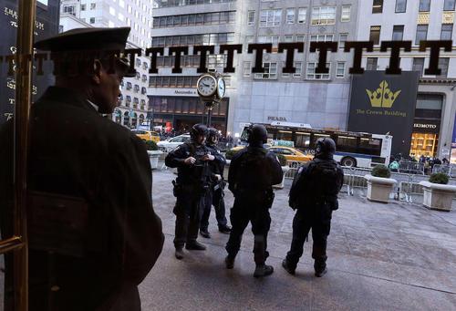 استقرار ماموران امنیتی در مقابل در ورودی برج ترامپ در محله منهتن نیویورک همزمان با برگزاری نخستین نشست خبری رییس جمهور منتخب آمریکا در این محل