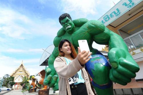 سلفی گرفتن با مجسمه شخصیت فیلم های هالیوودی آمریکا در تایلند