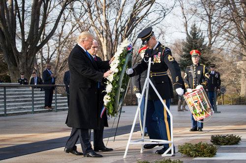 ادای احترام ترامپ و معاونش پنس به مقبره سرباز گمنام در گورستان ملی آرلینگتون