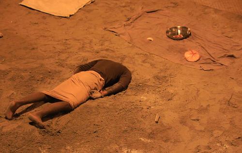 فروکردن سر در شن برای دریافت پول از زائران هندو یک جشنواره آیینی – الله آباد هند