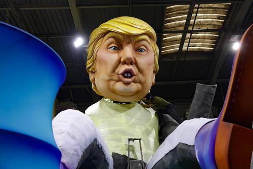 آماده کردن ماکت بزرگ دونالد ترامپ برای کارناوال خیابانی سالانه در شهر نیس فرانسه