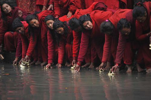 جمع کردن آب رود باگماتی برای بردن به معبد در یک جشنواره آیینی هندوها در نپال