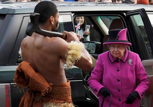 استقبال از ملکه بریتانیا با لباس بومیان فیجی در جریان یک جشنواره در نورویچ بریتانیا