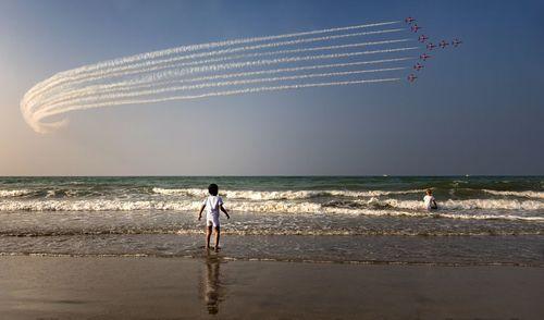 کودک عمانی در حال تماشای نمایش هوایی از ساحل شهر مسقط در روز ملی عمان