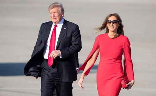 ترامپ و همسرش در فرودگاه بین المللی پالم بیچ فلوریدا – ترامپ برای گذراندن تعطیلات آخر هفته به ویلای مجلل خود در پالم بیچ رفته است
